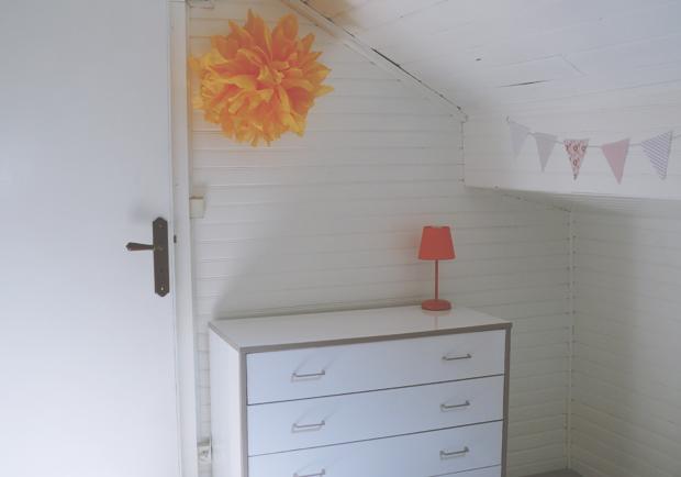 Deco chambre orange raupe fanion pompon papier de soie quotidien de jeune maman colo et gourmande - Fanion deco chambre ...