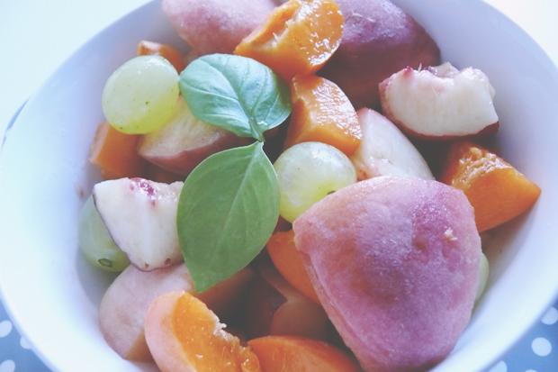 dessert light salade fruits basilic frais recette peu calorique quotidien de jeune maman colo. Black Bedroom Furniture Sets. Home Design Ideas