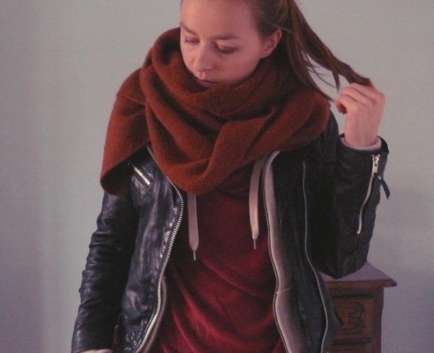 039bc50dce7 perfecto-grosse-echarpe-maille-blog-mode-sweat-bordeaux Jeune Maman ...